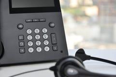 Kopfhörer und das IP-Telefon stockfotografie