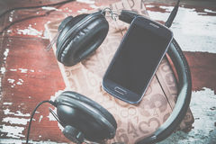 Kopfhörer und Telefonweinlesefotos, hören Musik stockbilder