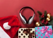 Kopfhörer und Weihnachtsgeschenke Stockbild
