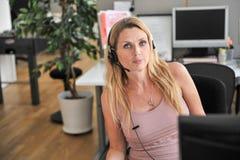 Kopfhörercomputer der jungen Frau Stockfoto