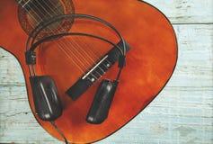 Kopfh?rer mit Gitarre lizenzfreie stockbilder