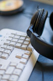 Kopfhörer und Tastatur Stockbilder