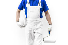 Kopfloser Abschluss herauf Schuss des Malermannes bei der Arbeit mit paintroller a Lizenzfreies Stockfoto