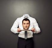 Kopfloser Mann halten Haupt auf weißer Platte Stockfotografie