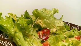Kopfsalat, der auf eine Platte von Käsetomaten spinnt stock footage