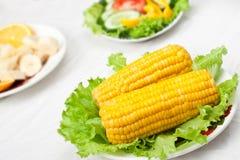 Kopfsalat mit Mais in einer Schüssel Stockfotos