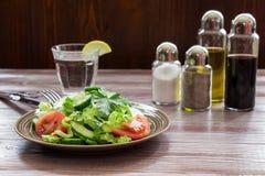 Kopfsalat, Tomate, Gurke, Avocadosalat für das Mittagessen Stockbild