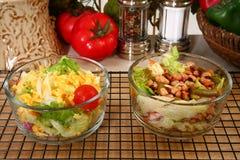 Kopfsalat-und Erbsen-Salate Stockbild