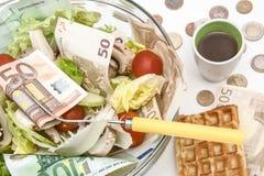 Kopfsalat und Tomatensalat mit Euro stockfotos