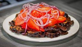 Kopfsalat von den Tomaten von Auberginen und von Bogen Lizenzfreie Stockfotos