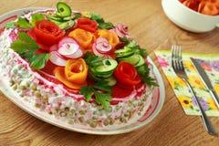 Kopfsalat wird durch Blumen verziert Stockbilder