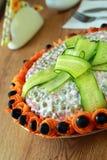Kopfsalat wird durch Gurke verziert Lizenzfreies Stockbild