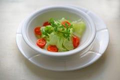 Kopfsalatsalat mit Petersilien- und Kirschtomaten lizenzfreies stockbild