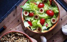 Kopfsalatsalat, -tomaten und -oliven Stockfotos