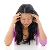 Kopfschmerzen-Asiatsfrau stockfotos