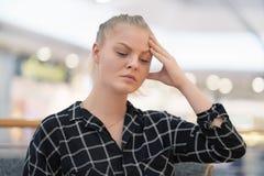 Kopfschmerzen der jungen Frau Mädchen drückt ihren Kopf zusammen lizenzfreies stockbild