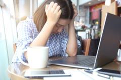Kopfschmerzen der jungen Frau und Hauptgefühl der stressigen Migränehandnote lizenzfreies stockfoto