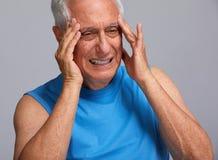 Kopfschmerzen des älteren Mannes lizenzfreie stockbilder