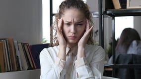 Kopfschmerzen, frustrierte deprimierte Frau, Büro Stockfotos