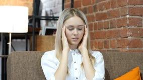 Kopfschmerzen, frustrierte deprimierte Geschäftsfrau, Büro Lizenzfreie Stockfotografie
