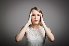 Kopfschmerzen. Junge Frau im Weiß. Lizenzfreie Stockfotos
