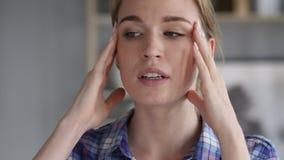 Kopfschmerzen, Porträt der angespannten Frau im Büro stock video