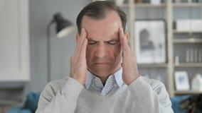 Kopfschmerzen, Portr?t der angespannten Mitte alterten Mann im B?ro stock footage