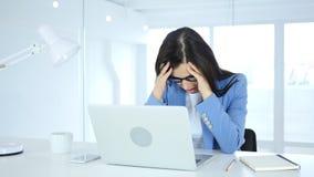Kopfschmerzen und Frustration für Frau bei der Arbeit lizenzfreie stockfotografie