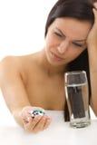 Kopfschmerzenmädchen mit Pillen in der Hand Stockbild