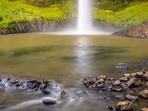 Kopfsprungs-Pool an der Basis eines Wasserfalls Stockfotografie