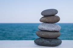 Kopfstein, ein Hügel von Steinen, schaukelt Energie Gestalten Sie Design mit Felsen mit dem Seehintergrund landschaftlich Lizenzfreies Stockbild