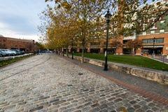 Kopfstein-Straßen im im Stadtzentrum gelegenen historischen Hafen-Osten fällt Punkt, stockbilder