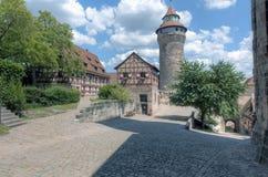 Kopfsteine und Stadtmauern Stockfotos