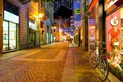 Kopfsteinstraße in der alten Stadt von alba, Italien Stockfotografie