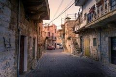 Kopfsteinstraße in einer alten Stadt in den Hochländern vom Libanon stockfotografie