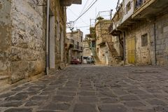 Kopfsteinstraße in einer alten Stadt in den Hochländern vom Libanon stockbilder
