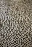 Kopfsteinstraße in Lissabon, Portugal. Stockbilder