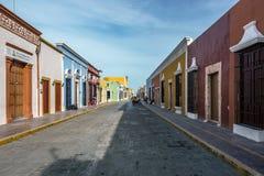 Kopfsteinstraße mit bunten Häusern in Campeche, Mexiko stockfotos