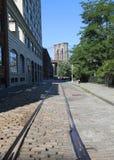 Kopfsteinstraße mit verlassenem Bahngleis und Brooklyn-Brücken-Ansicht Lizenzfreies Stockfoto