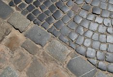 Kopfsteinstraßen- und -pflasterungsbeschaffenheit Diagonale Trennung Stockbilder