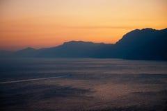 Kopftext des kleinen Bootes für Positano an der Dämmerung Lizenzfreies Stockfoto