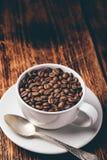 Kophoogtepunt van geroosterde koffiebonen royalty-vrije stock foto's