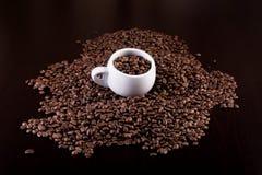 Kophoogtepunt van koffiebonen op een donkere houten achtergrond Royalty-vrije Stock Afbeelding