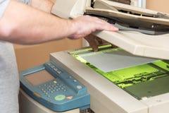 Kopiërende en aftastende documenten op een machine stock foto