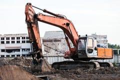 Kopiąca ekskawator maszyna przy budynek budową Zdjęcie Royalty Free