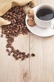 Kopi, печенья и кофейное зерно с характером c Стоковые Изображения