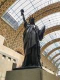 Kopia av Bartholdi' s-staty av frihet i Museen d' Orsay Paris, Frankrike Arkivfoto