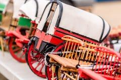 Kopia av den gamla röda vagnen Arkivfoton