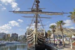 Kopia av den spanska krigsskeppet Santisima Trinidad i den alicante hamnen Royaltyfri Fotografi