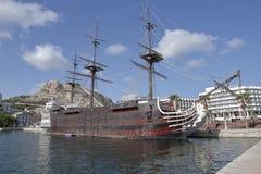 Kopia av den spanska krigsskeppet Santisima Trinidad i den alicante hamnen Arkivfoton